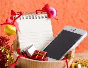 мобильный телефон в новогодней упаковке